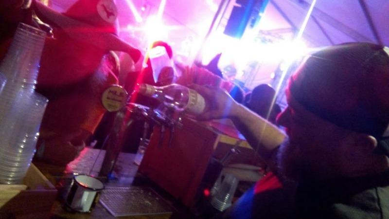 Fabio durante la preparazione di un cocktail con Birra Millecento